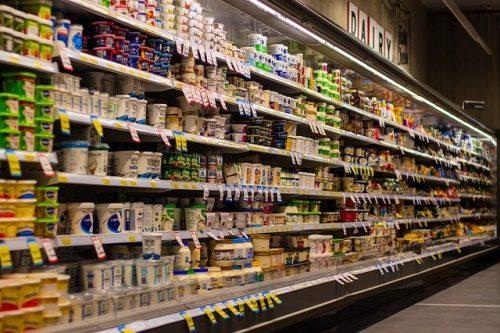 Supermarket sa policama na proizvodima