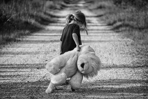 Tuzno dijete samo na ulici tuguje zbog gubitka voljene osobe